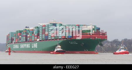 """Die weltweit größte Schiff, die """"CSCL Globe"""" von der Reederei """"China Shipping Group"""" läuft am 13. Januar 2015 begleitet - Stockfoto"""