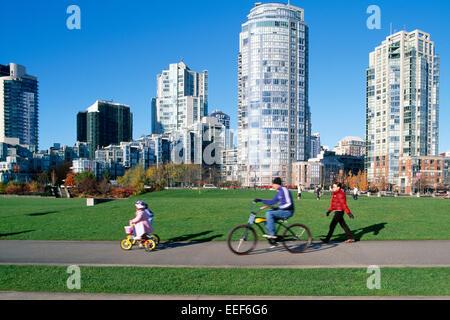 Yaletown, Vancouver, BC, Britisch-Kolumbien, Kanada - Familie, Radfahren und Wandern auf einem Pfad durch David - Stockfoto