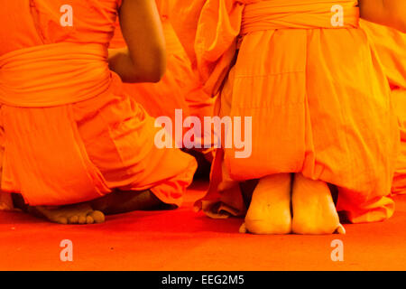 Buddhistische Mönche im Gebet am Wat Phra, Doi Suthep, Chiang Mai, Thailand - Stockfoto