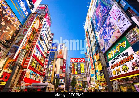 Tokio - 13 NOVEMBER: Akihabara Bezirk November13, 2014 in Tokio, JP. Der Bezirk ist ein Einkaufsviertel für elektronische, - Stockfoto