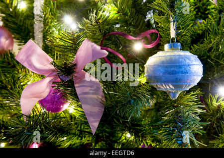 moderne festliche rosa thema weihnachten urlaub hintergrund mit dekorierten grenzt an rosa. Black Bedroom Furniture Sets. Home Design Ideas