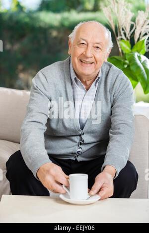 Senior woman Kaffeetrinken im Pflegeheim Veranda - Stockfoto