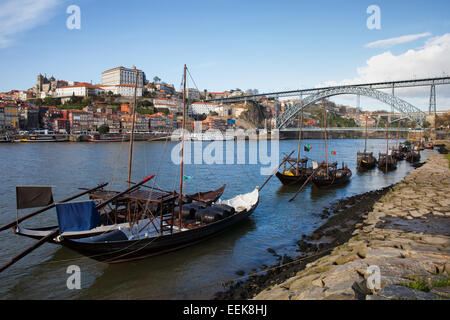 rabelo boote im fluss douro porto portugal mit eiffel br cke und stadt als hintergrundfarbe. Black Bedroom Furniture Sets. Home Design Ideas