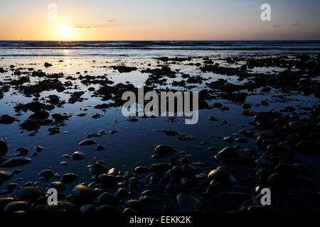 Sonnenaufgang über dem Felsbrocken übersäten Küste Grafschaft down Irland - Stockfoto