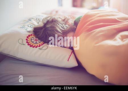 Junge (6-7) im Bett schlafen - Stockfoto