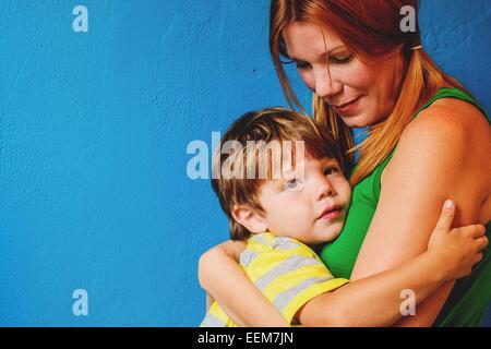 Porträt einer Mutter, die ihren Sohn kuschelt - Stockfoto