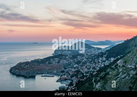 Luftaufnahme der Küstenstadt am Hang, Dubrovnik, Dubrovnik-Neretva, Kroatien - Stockfoto