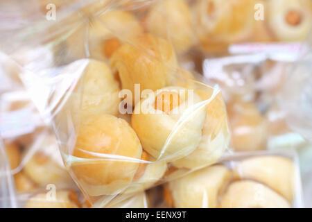 Brot mit Wurst in Plastiktüte