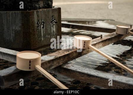 Hölzerne Wasseramseln entlang der Chozuya an Heian-Schrein in Kyōto, Japan. Anbeter reinigen, ihre Hände und Münder - Stockfoto