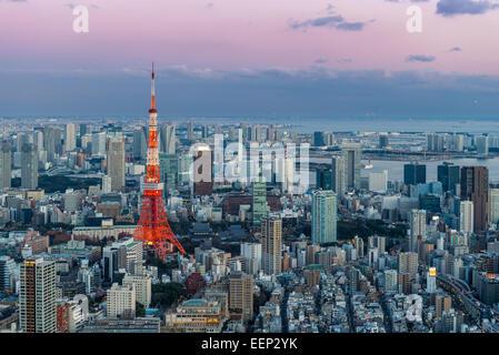 Tokyo Tower zeichnet sich das Stadtbild von Tokio als Abend Ansätze.