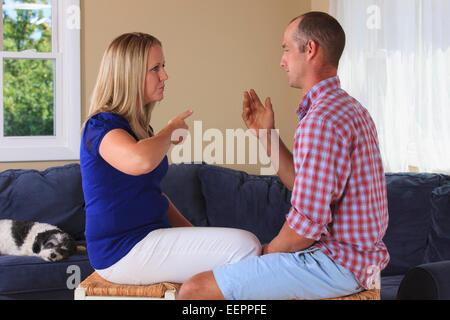 Mann und Frau mit Hörschädigungen Unterzeichnung in der amerikanischen Gebärdensprache - Stockfoto