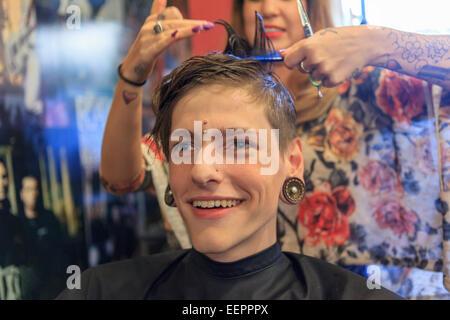 Stilvollen Mann mit einer Verletzung des Rückenmarks von einem Friseur einen Haarschnitt bekommen - Stockfoto