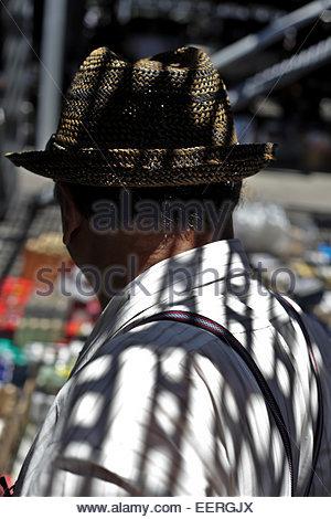 Mann mit starken Sonne Schatten Projektion des Overheads grill - Stockfoto