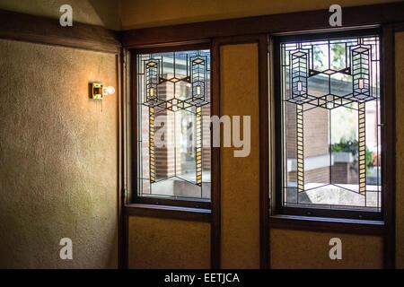 Chicago, klassische und moderne Gebäude, das Robie Prairie House, Frank Lloyd Wright, Interieur, führen Fensterscheiben - Stockfoto