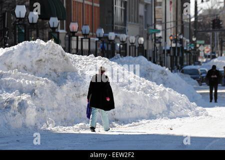 New Haven--Menschen spazieren Church Street vor dem Rathaus vorbei an riesigen Schneehaufen. - Stockfoto