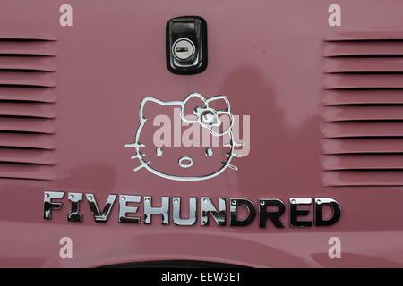 Fiat 500 mit einem Hello Kitty Logo und fünfhundert geschrieben in Chrom Buchstaben - Stockfoto