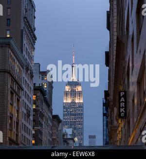 Abenddämmerung Blick auf das beleuchtete Empire State Building mit Kreisen Hubschrauber. Es kreist die Antenne am - Stockfoto