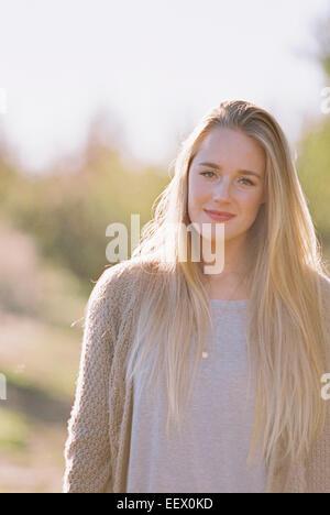 Porträt einer Frau mit langen blonden Haaren. - Stockfoto