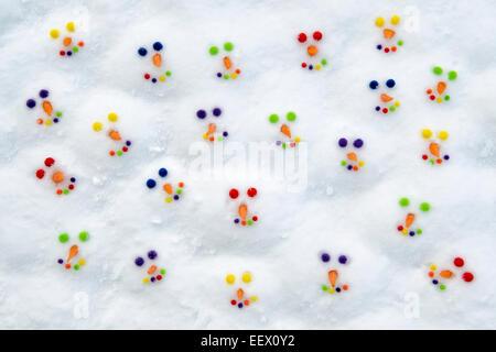 Glücklich bunte Schneemann Lächeln im Schnee - Stockfoto