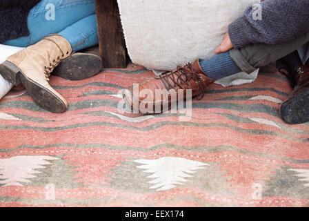 Apfelplantage. Füße von zwei Personen auf Decke - Stockfoto