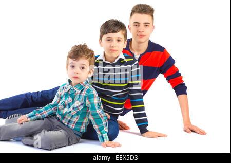 Studio mit drei Brüdern auf weißem Hintergrund gedreht - Stockfoto