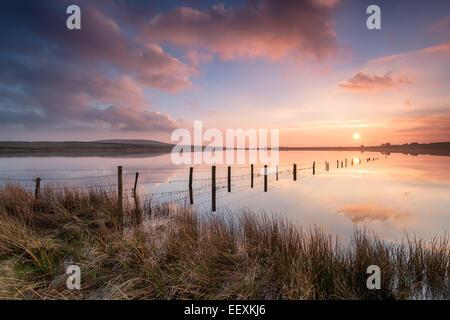 Dramatischen Sonnenuntergang über Dozmary Pool auf Bodmin Moor in Cornwall und gesagt, wo König Arthur trafen sich - Stockfoto
