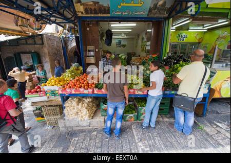 Menschen kaufen Obst in den kleinen Straßen der muslimischen Viertel in der Nähe von Damaskus-Tor in der Altstadt - Stockfoto