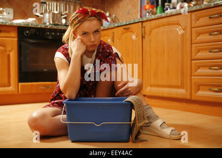 hausfrau schuerze fussboden wischen frau 30 40 jahre putzfrauen reinigungsfrau reinigung. Black Bedroom Furniture Sets. Home Design Ideas