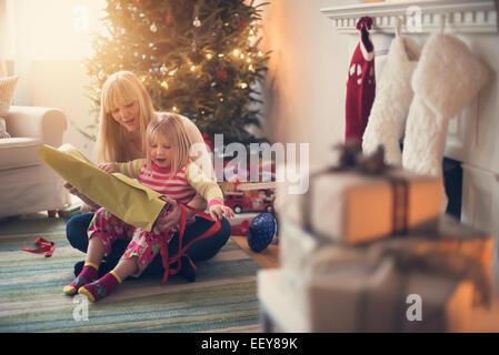 Mutter und Tochter (4-5) Eröffnung Weihnachtsgeschenke - Stockfoto