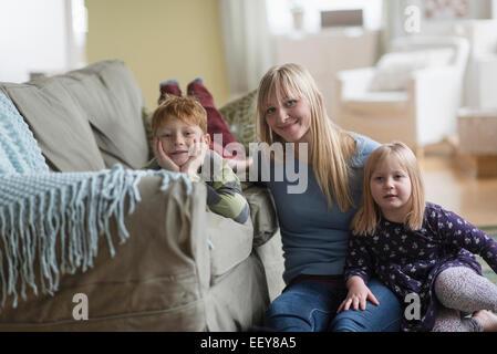 Porträt der glückliche Mutter mit Kindern (4-5, 6 und 7) - Stockfoto