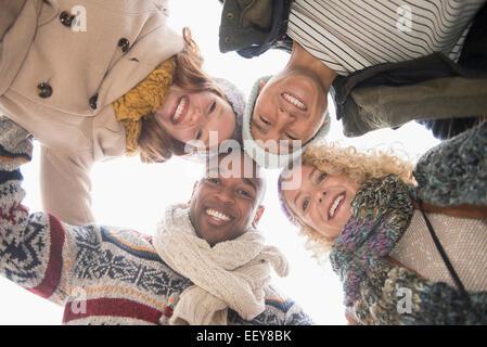 Porträt der happy Friends, niedrigen Winkel Ansicht - Stockfoto