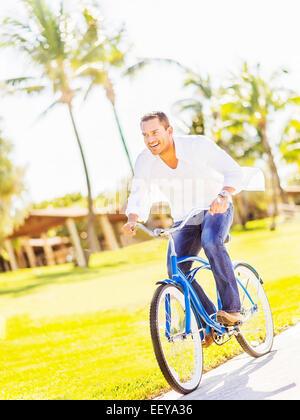 USA, Florida, Jupiter, Mann Reiten Fahrrad - Stockfoto