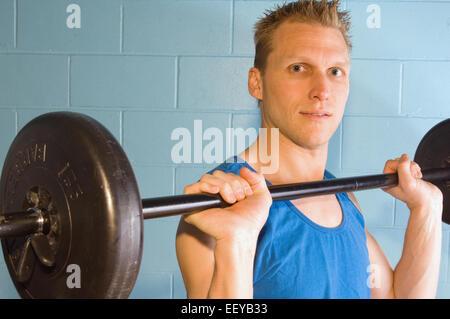 Mann mit Gewichten trainieren - Stockfoto