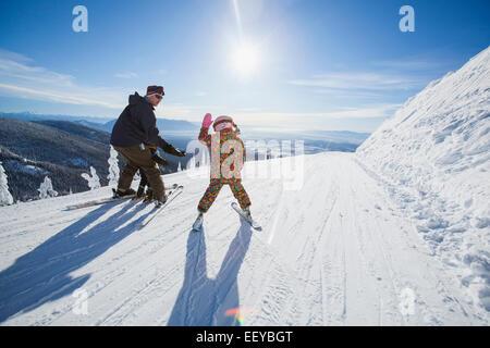 USA, Montana, Felchen, Vater Skifahren mit Kindern (6-7, 8-9) - Stockfoto