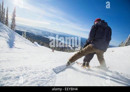 USA, Montana, Felchen, Vater mit Sohn (6-7) Skifahren - Stockfoto