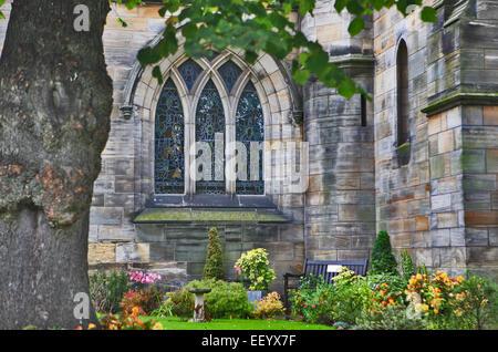 Eines der Glasfenster und Gelände des The Holy Trinity Church in St Andrews Scotland. - Stockfoto