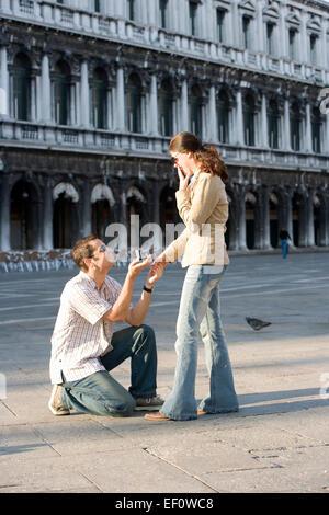 Mann schlägt Ehe in Markusplatz entfernt, Venedig Italien - Stockfoto