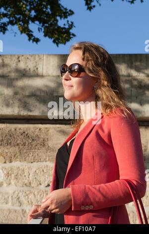 Die junge Dame in rot, Paris, Frankreich. - Stockfoto