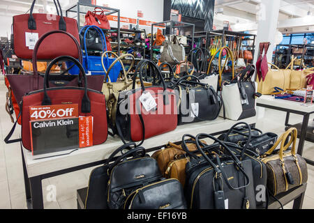 Orlando Florida Orlando International Premium Outlets einkaufen Verkauf Anzeigen Off Saks 5th Avenue Damen Handtaschen - Stockfoto