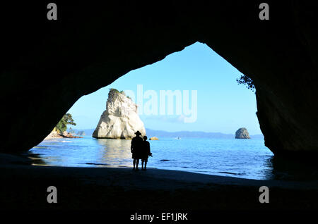 Silhouette von ein paar Besuch in Te Whanganui-A-Hei (Cathedral Cove) Marine Reserve in Coromandel Halbinsel North - Stockfoto