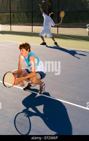 Doppel-Tennis-Spieler auf einem Platz - Stockfoto