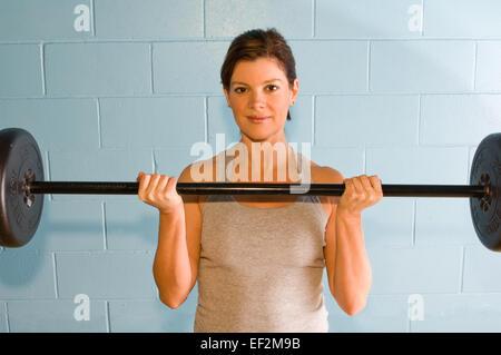 Frau, die mit Gewichten trainieren - Stockfoto