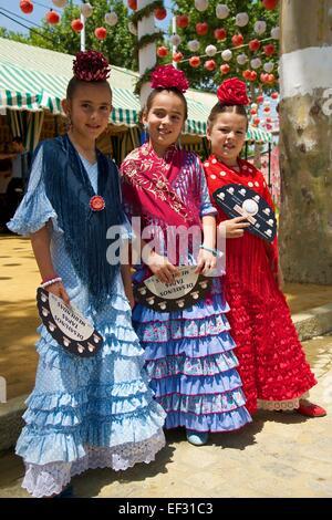 Mädchen, Flamenco-Tänzer bei der Feria de Abril in Sevilla, Andalusien, Spanien - Stockfoto