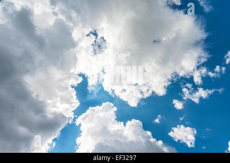Große weiße Wolken vor blauem Himmel - Stockfoto
