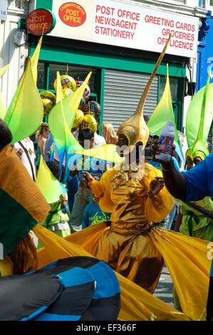 LONDON, UK - 28. August 2005: Kinder nehmen Teil an der Parade des Karnevals. - Stockfoto