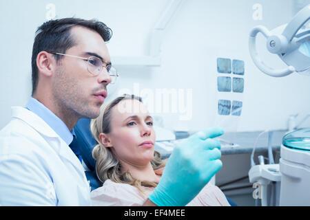 Zeigt Frau ihren Mund Röntgen Zahnarzt - Stockfoto