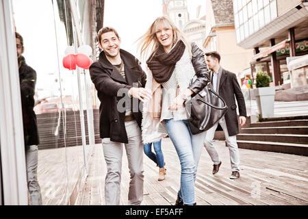 Gruppe von Freunden, die Spaß auf shopping-Tour - Stockfoto