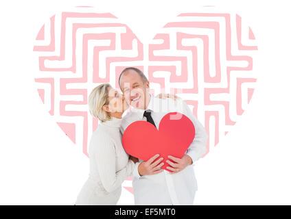 Zusammengesetztes Bild von älteren zärtlich paar hält rotes Herzform - Stockfoto