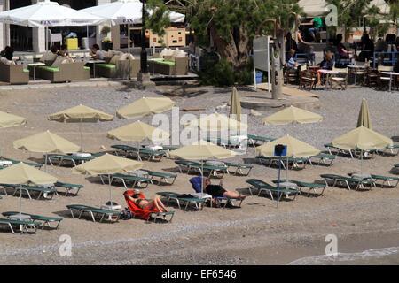 Touristen am Strand AGIOS NIKOLAOS Kreta Griechenland 6. Mai 2014 - Stockfoto