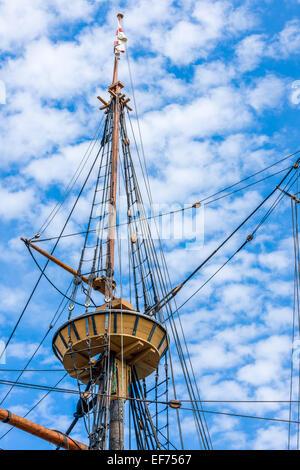 Die Crows Nest auf der Mayflower II, vertäut eine Nachbildung des 17. Jahrhunderts Mayflower an State Pier in Plymouth, - Stockfoto